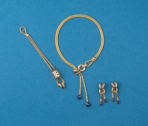 Retro 24cts Sapphire and 18ct Gold Necklace, Earrings, Bracelet Suite