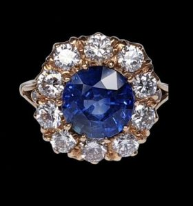 Vintage Sapphire and Diamond Cluster Ring in 18ct Gold, 3.32 carats